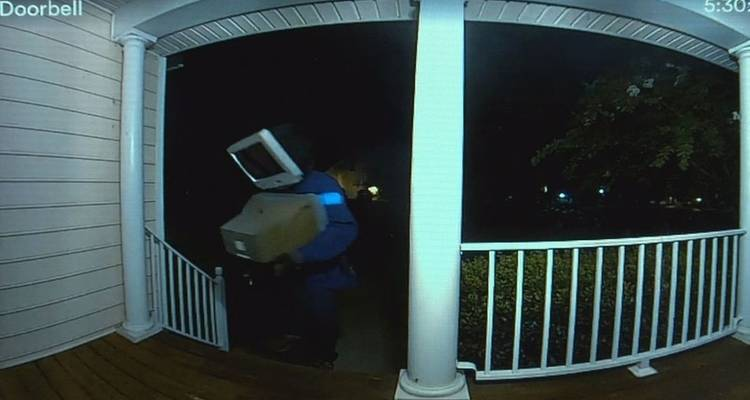 El misterioso hombre 'cabeza-tele' deja regalos en puertas de casas en EE.UU. en plena noche