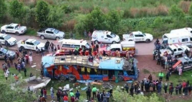 Murieron seis niños al caer autobús en Perú