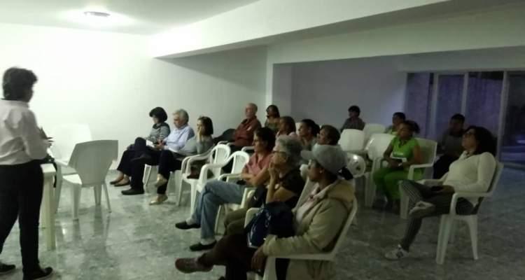 Vecinos del este de Caracas realizan charlas sobre peligros del censo de vivienda