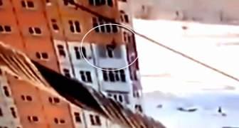 Una mujer cae de un piso 9 luego se levanta y camina como si nada, VIDEO