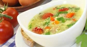 Sopa de fideos con pollo, tomate y papas